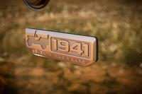 ボディーには初代ジープの誕生年である「1941」と記された専用エンブレムが付く。