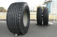 ミシュランではトラック用シングルタイヤ「X One」を、2007年2月から日本で販売している。奥が従来のダブルタイヤのサイズ。