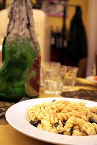 「10ユーロ定食」の第一の皿。この日はフジッリのオリーブ和え。