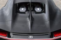 """ルーフからリアデッキに向けて走る""""センターフィン""""は「ブガッティ・タイプ57SCアトランティーク」をモチーフにしている。"""