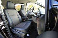 シート表皮はガソリン車、ハイブリッド車とも最上級グレードの「Gi」のみ合成皮革。そのほかはファブリックとなる。