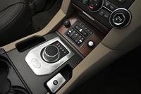 シフトセレクターは、一部のジャガー車にも採用されるダイヤル式のものに変更された。一方、走行モードの選択機能「テレインレスポンス」のスイッチは、これまでのダイヤル式からボタン式に。