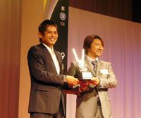 SUPER GT選手権のGT300クラスを制した、(写真左から)織戸学と片岡龍也の両選手。