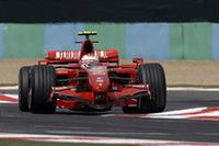 3番グリッドからスタートしたライコネンは、スタートの1コーナー手前で2位ハミルトンを抜き、トップのマッサを追った。勝負の分かれ目は最後のピットストップ。マッサより長いスティントが奏功し、ライコネンは首位奪取に成功した。(写真=Ferrari)