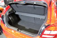 荷室の容量は標準状態で320リッター。後席を倒すことで、拡大できる。