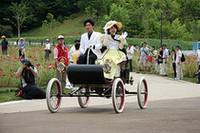 コスプレしたモデルさんを乗せて文字通り「トコトコ」と走っていたのは、走行披露されたなかで最古の「1902年型オールズモビル・カーブドダッシュ」。走行はできないが、乗車しての記念撮影も可能だった。