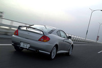 リアスポイラーも標準装備。LEDのハイマウントストップランプ付きだ。アルミホイールに、215/45ZR17というスポーティなタイヤを履く。