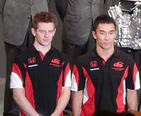 SUPER AGURI F1チームのドライバー、佐藤琢磨(右)とアンソニー・デビッドソン(左)。