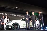「A45 AMG 4MATIC ペトロナス グリーンエディション」のお披露目は「東京オートサロン2014 with NAPAC」(開催期間:2014年1月10日~12日)で行われた。写真右からメルセデス・ベンツ日本 マーク・ボデルケ副社長、メルセデスAMG社 AMGパフォーマンススタジオ&ダイレクトセールス統括 オリバー・クルツ氏、メルセデス・ベンツ日本 上野金太郎社長。