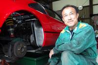 コーナーストーンズの整備工場で日々フェラーリと向き合う、尾上サービスの尾上メカ。