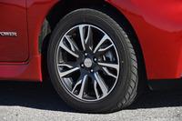 「ノート モード・プレミア」の16インチアルミホイール。切削光輝仕上げの専用デザインとなっている。テスト車のタイヤは、195/55R16サイズの「ヨコハマDNA S.drive」。