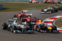 3戦連続ポールポジションからスタートしたベッテル(手前右)は、マクラーレンの2台に先行を許し、さらには予選4位のニコ・ロズベルグ(同左)にも一瞬並ばれた。(Photo=Red Bull Racing)