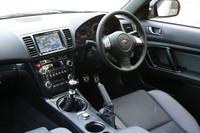 インテリアは、専用の本革シートが採用されるほか、センターパネルのサイドにカーボン調加飾がなされる。