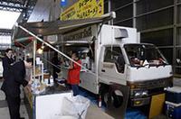 「サワディー」(タイ料理) 使用車両:トヨタ・ダイナ 主なメニュー:タイラーメン(500円)、屋台ごはん(500円)