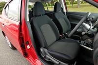 フロントシート。全車、表皮はブラックのトリコットのみとなる。