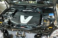 部品や補機類を含めて、エンジン全体をひとつのユニットとした「ワンボックスコンセプト」によるディーゼル、3リッターV6 CDIエンジン。