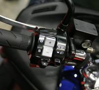 「Sマチック」のシフトスイッチ。オートマチックモードとマニュアルモードの切り替えは、ハンドル右のスイッチで行う。