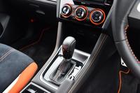 シフトレバーのブーツやステアリングホイールのステッチ、エアコンの調節ダイヤルなどにはオレンジの差し色が使われる。