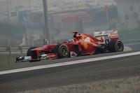 予選では、ポールシッターのベッテルにおよそ0.5秒も差をつけられたランキング2位のアロンソ。5番グリッドから早々に3位に上がり、レース終盤にはKERSトラブルでもたつくウェバーを抜き2位へ。見事な挽回劇だったが、最大のライバルは既に手の届かないところに行ってしまっていた。レースペースはマクラーレンを凌(しの)いだものの、予選での一発の速さに欠けるフェラーリ。アロンソの頼みの綱は、次戦アブダビGPで持ち込む予定の大幅なアップデートパーツだ。(Photo=Ferrari)