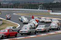 「クラシックカーパレード」風景。現行フェアレディZのペースカーに、2代目S50系スカイライン、3代目C10系スカイラインが続いている。