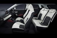 後席のヒップポイントは「デミオ」より27mm高められている。子供が後席に座ると、前席の両親と視線が合う高さを想定したという。