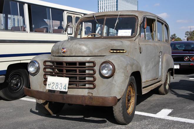 1953年「オオタVF型ライトバン」。今回最大のサプライズがこのオオタの参加。オオタは1912年に創業、55年に終焉(しゅうえん)を迎えるまで小型乗用車やトラック/バンを製造したメーカーだが、残存車両は極めて少ない。この個体は一部のガラスが割れ、メッキ部分はサビているが、車体そのものはしっかりしており、欠品もホイールキャップぐらいなもの。マニア的な見地からすれば、かなり良好な状態である。