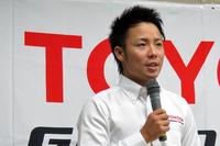 長年にわたりサーキット競技で活躍してきた勝田貴元選手。「目標とする選手は?」という問いに「すべてのドライバーをリスペクトしているが、特にセバスチャン・オジェ選手はすごいと思う」と回答。