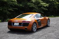 キャビンフォワードなフォルムに、カーボンパネルとボディーカラーのコントラストが特徴的な「R8」の外観。テスト車の色はサモアオレンジメタリック。