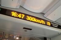 車内の電光掲示板。営業最高速度は時速300km。