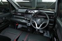 運転席まわりでは、今回の新型よりメーターの位置がダッシュボード中央に変更された。