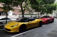 「フェラーリ458イタリア」と「599GTBフィオラノ」の縦列駐車。