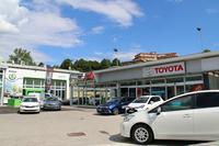 こちらは、トヨタとシュコダの代理店。2015年8月の光景。
