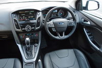 「コックピット感覚のドライバーズ空間」とアピールされる、「フォーカス」の運転席周辺部。