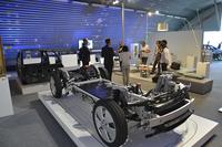 屋内には「i3」の車体構造を示す模型が。パワーユニットなどをまとめた「ドライブモジュール」(手前)と、キャビンを形成する「ライフモジュール」(奥)とが、完全に分離していることがよくわかる。