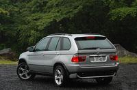 X5 4.6is(左):全長×全幅×全高=4665×1930×1740mm/ホイールベース=2820mm/車重=2260kg/駆動方式=4WD/4.6リッターV8DOHC32バルブ(347ps/5700rpm、49.0kgm/3700rpm)/車両本体価格=1070.0万円(テスト車=同じ)