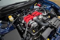 2016年7月のマイナーチェンジで、6段MTモデルはエンジンのパワーとトルクも強化。最高出力+7ps、最大トルク+0.7kgmの、207psと21.6kgmを発生する。写真の赤いインテークマニホールドは、新たにアルミ製とされ、結晶塗装が施されている。