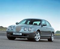 1996年6月に本国で発売されたミディアムジャガー。同じフォードグループの「リンカーンLS」とプラットフォームを共用することが話題になった。2001年にマイナーチェンジを受け、エンジンなどに変更が施された。写真は、406psと 56.4kgmを発する、スーパーチャージャー付き4.2リッターV8を積むトップグレード「SタイプR」。