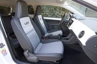 フロントシートは、スポーツカーでよく見られる、ヘッドレスト固定式タイプが採用された。助手席は背もたれの折りたたみが可能で、格納すると最長2mの長尺モノを車内に積載できる。