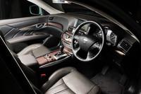 オプションのプレミアムインテリアは、本革巻きステアリング&シフトノブやスエード調ルーフ、銀粉本木目フィニッシャー、前席シートバックグリップベルト、セミアニリン本革シート、前席エアコンディショニングシートが装備される。