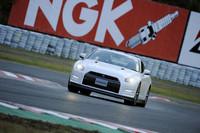 スポーツランドSUGOのS字コーナーを行く2012型「GT-R」。エンジン出力の向上に伴い、エンジンルーム後部が強化されている。写真は「Black edition」。