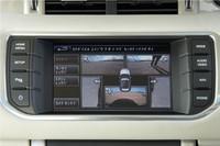 フロント(2カ所)と左右のドアミラー、リアに合計5つのカメラが装備され、その映像はリアルタイムでタッチスクリーンに表示される。