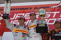 表彰台の頂点に立つ伊藤大輔(左)とラルフ・ファーマン。ドライバーズランキング1位に浮上し、2位のミハエル・クルム/柳田真孝に7点の差をつけ、最終戦に向かう。(写真=本田技研工業)