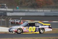 パナソニック(最終)コーナーを立ち上がっていくNASCAR仕様の「カムリ」。ドライバーのデイビッド・ロイティマンいわく「こんなに長いストレートのある右回りのコースを、NASCARで走るのは初めての体験」。