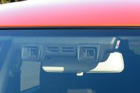 運転支援システム「セーフティパッケージ」のセンサーを担う、フロントウィンドウのステレオカメラ。