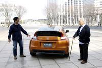 """ブリリアント・オレンジメタリックの「ホンダCR-Z」を囲んで。(写真左から)『webCG』の「クルマ生活Q&A」でおなじみの松本英雄氏と、""""巨匠""""徳大寺有恒氏。"""
