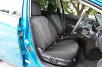 新構造の背もたれで上等な掛け心地が得られるという、これまた「13-SKYACTIV」専用のフロントシート。