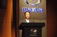 """マツダの技術開発長期ビジョン「サステイナブル""""Zoom-Zoom""""宣言 2030」を発表した小飼雅道社長。"""