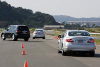 スタートして、先頭車がブレーキを踏んで減速すると(もちろんまったく見えませんが)、警告音と同時にシートベルトが巻き上げられる。すると即座にすぐ前のクルマが前車をよけるように車線変更を行った。警告音などのおかげで、スムーズに減速することができた。