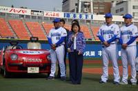 あいさつに立った日産の星野朝子専務執行役員。「リーフ」を選んだ理由は、横浜でつくられているためで、リリーフと似ているからではないそうだ。写真左の「日産Be-1」は、1987年にリリーフカーとして使用されていた車両。