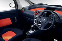 自慢の「カメレオ・コンセプト」を採用した車内。キットは18箇所で構成され、座面&シートバックカバー、フェイシアパネルマット、エアコン吹き出し口カバー、ドアパネルカバー、ドア収納スペースカバーを替えることができる。